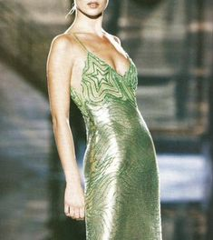 supermodels Kate Moss in a lime green metal mesh dress, for Atelier Versace, Spring Haute Couture Style, Couture Mode, Couture Fashion, Runway Fashion, Fashion Trends, Gianni Versace, Atelier Versace, Vintage Mode, Style Vintage