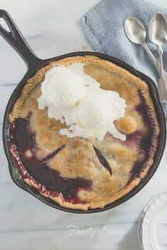 This skillet blackberry cobbler looks and tastes like a made from scratch work of art, but it actually uses frozen berries and refrigerated crust) but no one will EVER know! Iron Skillet Recipes, Cast Iron Recipes, Skillet Meals, Skillet Cooking, Just Desserts, Delicious Desserts, Dessert Recipes, Yummy Food, Pie Recipes