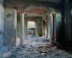 Palais oubliés, c'est le nom d'une série de photos réalisées par le photographe parisien Thomas Jorion