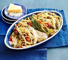 Goldbutt gedämpft: hier gart er gut verpackt und schonend im Ofen. Zusammen mit Oliven, Tomaten, Spargel - und der Pasta, die den Schollensud wunderbar aufnimmt.