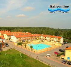 Villaggio Solmare - Rosolina Mare. Dovolená u moře, léto v Itálii, cestování s dětmi. Ubytování v apartmánech, bazén, parkování, výhodná cena. Wille, Parking, Tour Operator, Tours, Mansions, House Styles, Manor Houses, Villas, Mansion