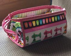Quiltsters organisator tas, mijn oorspronkelijke ontwerp. Patroon op Craftsy - http://www.craftsy.com/pattern/quilting/accessory/quilters-organizer-bag/165629  De grootte van deze tas is 14 x 7x7.  Het heeft tien zakken en strijken pad binnen. Lange afneembare schouderriem maakt het eenvoudig en gemakkelijk mee te nemen samen met uw naaimachine en portemonnee in de andere hand.  Veel meer fotos in mijn slideshow - http://play.smilebox.com/Spre...
