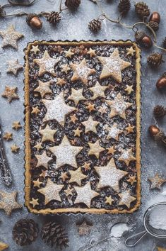 Starry mince pie tart - an attractive twist on traditional mince pies. Shortcrust pastry filled with vegan friendly mincemeat and topped with cinnamon shortbread stars. Perfect as a festive centrepiece! Vegan Christmas, Christmas Cooking, Christmas Desserts, Christmas Treats, Christmas Cakes, Christmas Decorations, Decoration Patisserie, Shortcrust Pastry, Xmas Food