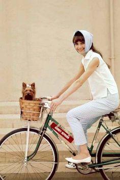 """Audrey Hepburn und """"Famous"""" auf dem Studiogelände in Hollywood."""