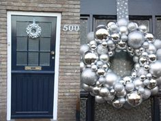 Snel een kerstkrans van kerstballen maken? Dat kan! In deze DIY lees je stap voor stap hoe je dat aanpakt. Niet moeilijk, en een prachtig resultaat!