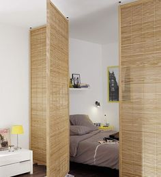 Bed separation in studio apartment room decor diy wall small spaces Cloison amovible, cloison coulissante, meuble cloison, paravent. Apartment Inspiration, Bedroom Inspiration, Deco Studio, Studio Room, Studio Studio, Design Studio, Home Studio, Studio Apartment Decorating, Studio Apartment Divider