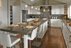 Кухонный остров с тумбами и столом