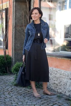 Add a casual look to a little black dress with a denim jacket - Lady of Style , 60 Fashion, Fashion Over 50, Fashion Outfits, Womens Fashion, Black Dress Outfits, Casual Dresses, Casual Outfits, Women's Dresses, Looks Camisa Jeans