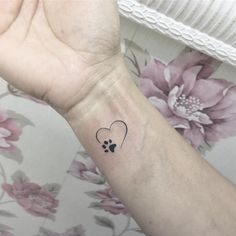 Katzen Tattoo: Bedeutung der Katzentattoos, Katzenpfote + 39 Bilder - 39 Katzen Tattoo Ideen – Motive, Bilder und Bedeutung 39 Katzen Tattoo Ideen – Motive, Bilder u - Small Dog Tattoos, Mini Tattoos, Cute Tattoos, Beautiful Tattoos, Body Art Tattoos, Tatoos, Small Animal Tattoos, Cute Simple Tattoos, Tattoo Animal