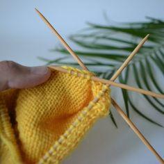 3 tapaa poimia silmukat kantalapun reunasta (niin ettei tule reikiä) - Neulovilla Crochet Socks, Knitting Socks, Knit Crochet, Knitting Projects, Knitting Patterns, How To Purl Knit, Knitwear, Diy And Crafts, Tote Bag