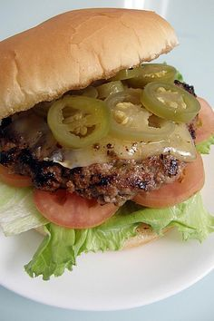 10 recetas de hamburguesas para que prepares en tu próxima parrillada del fin de semana, ya sea con carne de res, pollo, cerdo o vegetarianas. Queso Mozzarella, Carne Molida, Mexican Food Recipes, Ethnic Recipes, Salmon Burgers, Hot Dogs, Hamburger, Gourmet, Sandwiches