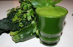 Ingredients: 6 kale leaves (Tuscan cabbage) 2 large handfuls of parsley 1 large cucumber 2 celery sticks (plus leaves) 1 zucchini 1 lime