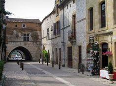Monpazier: Rue de la bastide avec ses maisons, et arcades menant à la place des Cornières (place centrale), en Périgord - France-Voyage.com