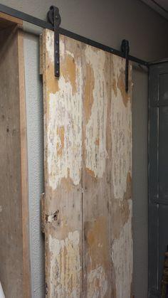 Prachtig oude paneeldeur aan een hangrol railsysteem. De systemen zijn ook los te koop @ GoedGevonden