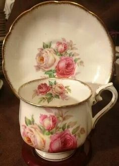 Royal Albert Bone China England Pink Roses (This tea cup is awesomely gorgeous! Vintage Cups, Shabby Vintage, Vintage China, Vintage Tea, Tea Cup Set, My Cup Of Tea, Tea Cup Saucer, Tea Sets, Teapots And Cups