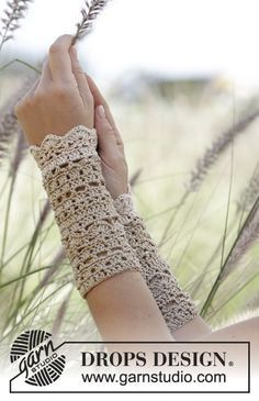 """Crochet DROPS wrist warmers with fans and lace pattern in """"Cotton Viscose"""". Free pattern by DROPS Design. Crochet DROPS wrist warmers with fans and lace pattern in """"Cotton Viscose"""". Free pattern by DROPS Design. Crochet Diy, Crochet Gratis, Tunisian Crochet, Crochet Summer, Crochet Pillow, Cotton Crochet, Cotton Lace, Crochet Wrist Warmers, Arm Warmers"""