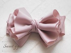 How to make ruffled ribbon Diy Ribbon, Ribbon Work, Ribbon Hair, Ribbon Crafts, Making Hair Bows, Diy Hair Bows, Bow Hair Clips, Diy Hair Accessories, Handmade Accessories