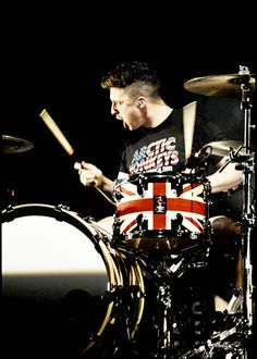 Matt Helders and he is wearing a fucking arctic monkeys shirt! Arctic Monkeys Shirt, Matt Helders, Monkey 3, Cool Fire, The Last Shadow Puppets, Drummer Boy, Alex Turner, Indie Music, Cultura Pop