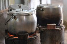 «Σαν ερχόταν η ώρα να ακουστεί ο μουεζίνης από το μιναρέ, ο τέντζερης έπρεπε να έχει μπει στη φωτιά και το φαΐ να βράζει.»…