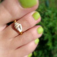 Shell Toe Ring: Treasure of the Tides Shell Bead Toe Ring Do It Yourself Jewelry, Do It Yourself Fashion, Sea Crafts, Seashell Crafts, Seashell Jewelry, Beach Jewelry, Jewelry Crafts, Handmade Jewelry, Diy Rings