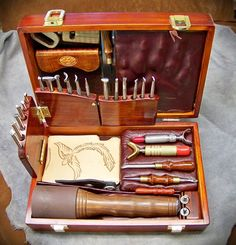 Such a great looking tool box for leather working tools Leather Stamps, Leather Art, Custom Leather, Leather Design, Leather Tooling, Handmade Leather, Leather Jewelry, Leather Working Tools, Leather Craft Tools