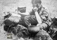 Russland 1943 - Ein abgekämpfter Soldat bei der Aufnahme neuer Befehle und Weisungen