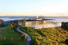 Designed by Crosson Clarke Carnachan Architects, the Rahimoana Villa is part of the beautiful Eagle´s Nest Resort in Bay of Islands - New Zealand. This presidential villa offers stunning 320 degree views of the Bay. At the Villa you can enjoy a a sta New Zealand Houses, Bay Of Islands, Villa Design, Luxury Accommodation, Architect Design, Luxury Villa, Luxury Interior, My Dream Home, Dream Homes