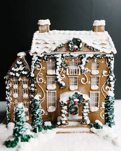 Beautiful Christmas Cookie House Ideas - Blush and Pine Creative Amazing Christmas gingerbread house ideas. Decorate gingerbread houses for Christmas this year or look at the pictures for decorating inspiration. Merry Little Christmas, Noel Christmas, Christmas Desserts, Christmas Baking, All Things Christmas, Christmas Cookies, Christmas Decorations, Hygge Christmas, Italian Christmas