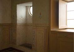 La pintura mural combinada con la carpintería es un signo de la singularidad de esta casa. Por ahora, esta decoración fue totalmente restaurada en un solo espacio, que pudo haber sido un comedor con una pequeña capilla.