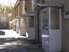 Peculiares entradas a sus casas Shed, Outdoor Structures, Urban Landscape, Entrance Halls, Cities, Scenery, Houses, Sheds, Tool Storage