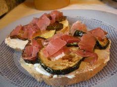 Crostoni ricotta, zucchine e speck - Ricetta rustica