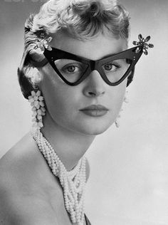 Fabulous glasses, Actually, they are bizarre. Cool Glasses, Cat Eye Glasses, Funky Glasses, Glasses Frames, Turbans, Vintage Love, Vintage Photos, Vintage Cooler, Vintage Style