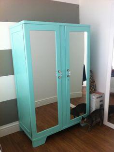 transformação impressionante. Este armário era todo em madeira escura. A dona pintou e ainda colocou espelhos na porta e um puxador charmoso.