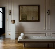 Austin-based, designer, professor of architecture and writer Christina Cole has done the renovation of a historic Parisian penthouse located in the iconic. Penthouse Apartment, London Apartment, Parisian Apartment, Apartment Interior, Hotel Particulier Paris, Renovation Paris, Christina Cole, Dutch House, Wooden Ceilings