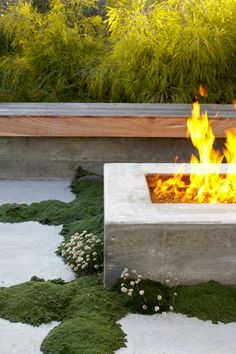 Fire Pit Design Idea For More Attractive. We've put together a gallery of the hottest outdoor fire pit ideas for you that add a high-end look to your yard. Modern Landscape Design, Modern Landscaping, Outdoor Fire, Outdoor Decor, Outdoor Living, Concrete Fire Pits, Concrete Patio, Fire Pit Designs, Diy Fire Pit