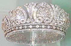 Palmetto Tiara Mistery part ;) This is the Devonshire Palmetto Tiara or Diamond diadem as you can see in Chatsworth. No round diamond between the palm and the rim. But another palmetto tiara is very similar to those two. Royal Crowns, Royal Tiaras, Tiaras And Crowns, Diamond Tiara, Diamond Jewelry, Gold Jewelry, Antique Jewelry, Vintage Jewelry, Faberge Eier