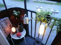Til den lille altan kan en skammel sagtens bruges som bord #Balcony #Patio