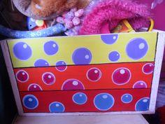 Cajón para juguetes pintados en acrílico.