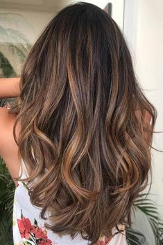 Highlighted hair is really glamorous whether it is ombre, sombre, or balayage. We have collected ideas of brunette hair with highlights. #haircolor #brownbalayage #highlights #blondebalayage