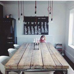 Wanneer je een lange tafel hebt, zijn meerdere, kleine lampen bij elkaar erg mooi! #Inspiratie #Eetkamer #Verlichting