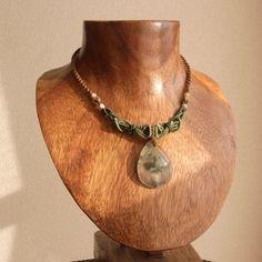 石サイズ 3.5cm×2.5cm×0.9cm長さ 39.0cm~(フリーサイズ スライド調節式)装飾 マザーオブパール葡萄石と呼ばれる和名のとおり、思わず見入ってしまうくらいに本物の葡萄の果肉のような美しくみずみずしいプレナイトのネックレスです。