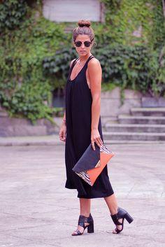 trendy_taste-look-outfit-SS13-verano-summer-fashion-moda-street_style-black_dress-vestido_negro-open_back-escote_espalda-sobre_cebra-zebra_clutch-black_sandals-zara-sandalias_negras-9 by Trendy Taste, via Flickr