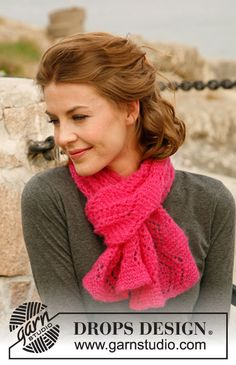 "Raspberry Ripple - Knitted DROPS scarf in garter st with lace pattern in ""Vivaldi"". - Free pattern by DROPS Design"
