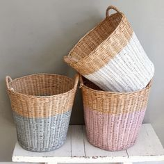 paniers peints (forme paniers+couleurs pastels)We are want to say thanks if you like to share this p Painted Baskets, Wicker Baskets, Painted Wicker, Home And Deco, Basket Weaving, Bamboo Weaving, Painted Furniture, Thrifting, Home Accessories