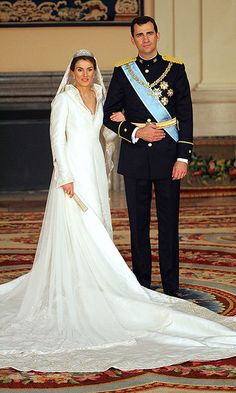 QUEEN LETIZIA OF SPAIN Designer: Manuel Pertegaz   Photo: Getty Images