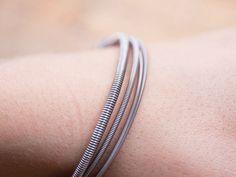 DIY-Anleitung: Armband aus Basssaiten herstellen via DaWanda.com