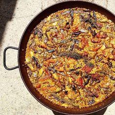 Paella vs. arròs. La paella es cuina sense ceba i amb verdures i carn, mentre que l'arròs generalment es prepara amb un sofregit d'all i ceba i incorpora peix i marisc