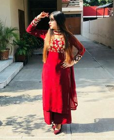 5 Dress Styles That Will Make You Look Thinner. While particular ladies wear products you see on the runway might look terrific on models, they might not look great on every woman. Punjabi Suits Party Wear, Party Wear Indian Dresses, Indian Gowns Dresses, Dress Indian Style, Indian Outfits, Kurta Designs, Patiala Suit Designs, Kurti Designs Party Wear, Mehndi Designs