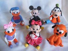 Personagens modelados à mão em biscuit. Variação de modelo,tema,tamanho,detalhes e valor conforme pedido. Baby Shower Cakes, Biscuit, Minnie Mouse, 1, Pasta, Tutorials, Disney Characters, Fiesta Mickey, Cold