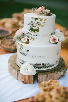 semi naked wedding cake with gold leaf detail and accented with blooms and figs | Bridalbliss.com | Portland Wedding | Oregon Event Planning and Design | Yasmin K Photography #weddingcakes